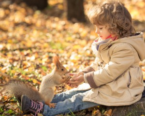 Kleines Kind mit Eichhörnchen